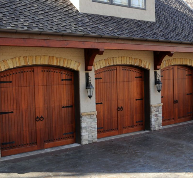Gorgeous 3 car garage with beautiful stone driveway. Offers pleny of space for friends and family
